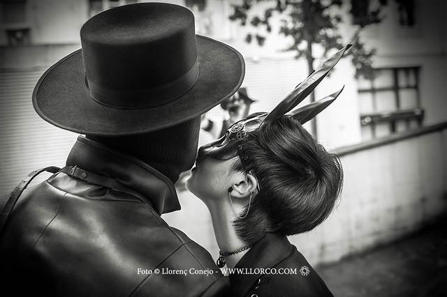 El delicado beso enmascarado