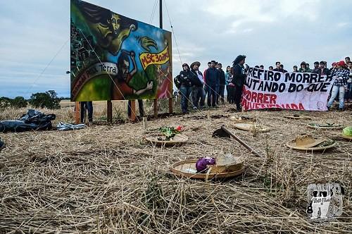 Placa inaugurada pelos jovens do MST no local onde ocorreu a ocupação da Fazenda Annoni.jpg