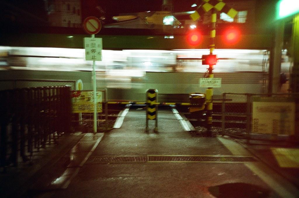 広電西広島 Hiroshima, Japan / Kodak ColorPlus / Lomo LC-A+ 從嚴島神社回來之後沒有直接搭回市區,而是在広電西広島這站下車,因為這附近有一間 Book-off,想要去看看有沒有可以收藏的攝影集。  往回走的時候路過這小小的平交道,這趟去日本的時候有特別提醒自己要補拍一些平交道的畫面。  剛好這個畫面我很喜歡,但因為沒有腳架,拍起來有點糊糊的,變成一種表達意境的方式。  Lomo LC-A+ Kodak ColorPlus ISO200 4896-0029 2016/09/25 Photo by Toomore