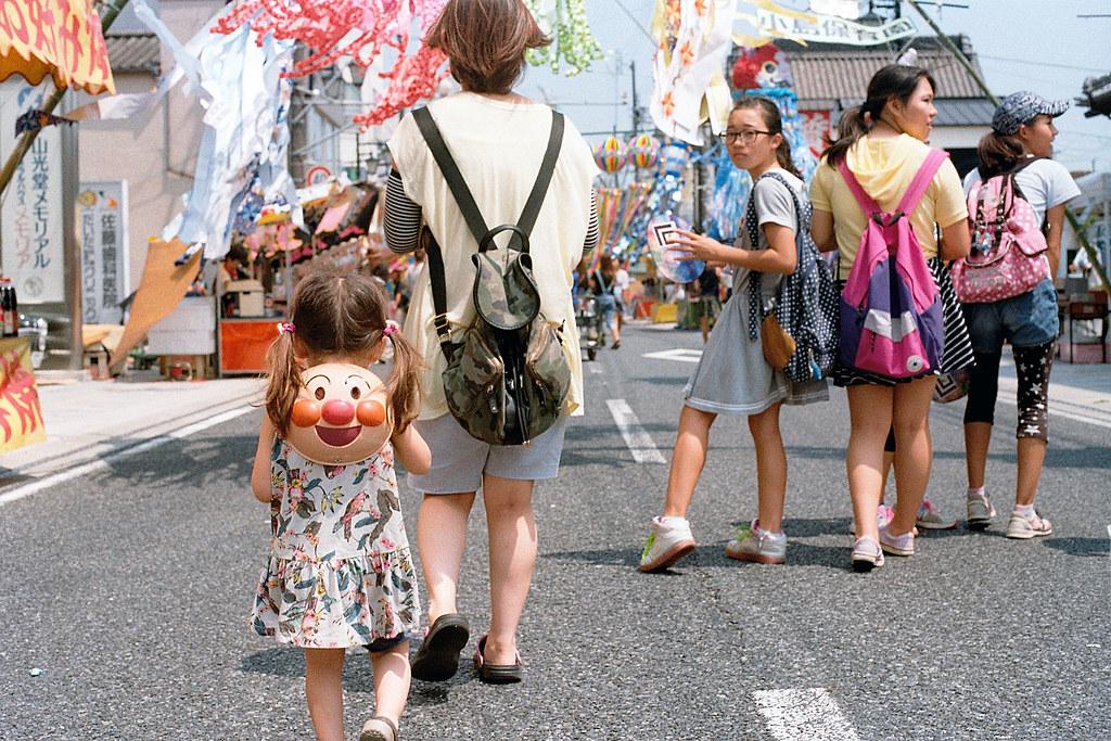 """七夕祭 麵包超人 Iwaki (いわき市 Iwaki-shi), Fukushima 2015/08/06 很可愛的麵包超人,很可愛的小妹妹。要看著麵包超人然後每天過得很快樂!  Nikon FM2 / 50mm Kodak ColorPlus ISO200  <a href=""""http://blog.toomore.net/2015/08/blog-post.html"""" rel=""""noreferrer nofollow"""">blog.toomore.net/2015/08/blog-post.html</a> Photo by Toomore"""