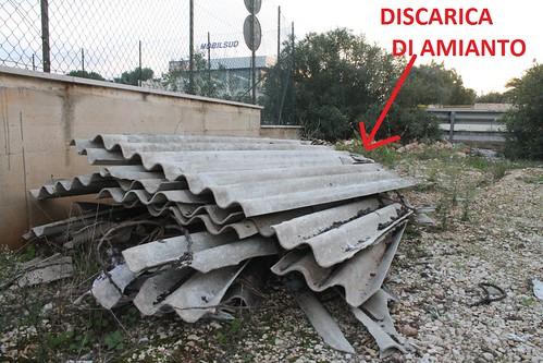 Un tetto intero di amianto abbandonato vicino alla tensostruttura di calcio