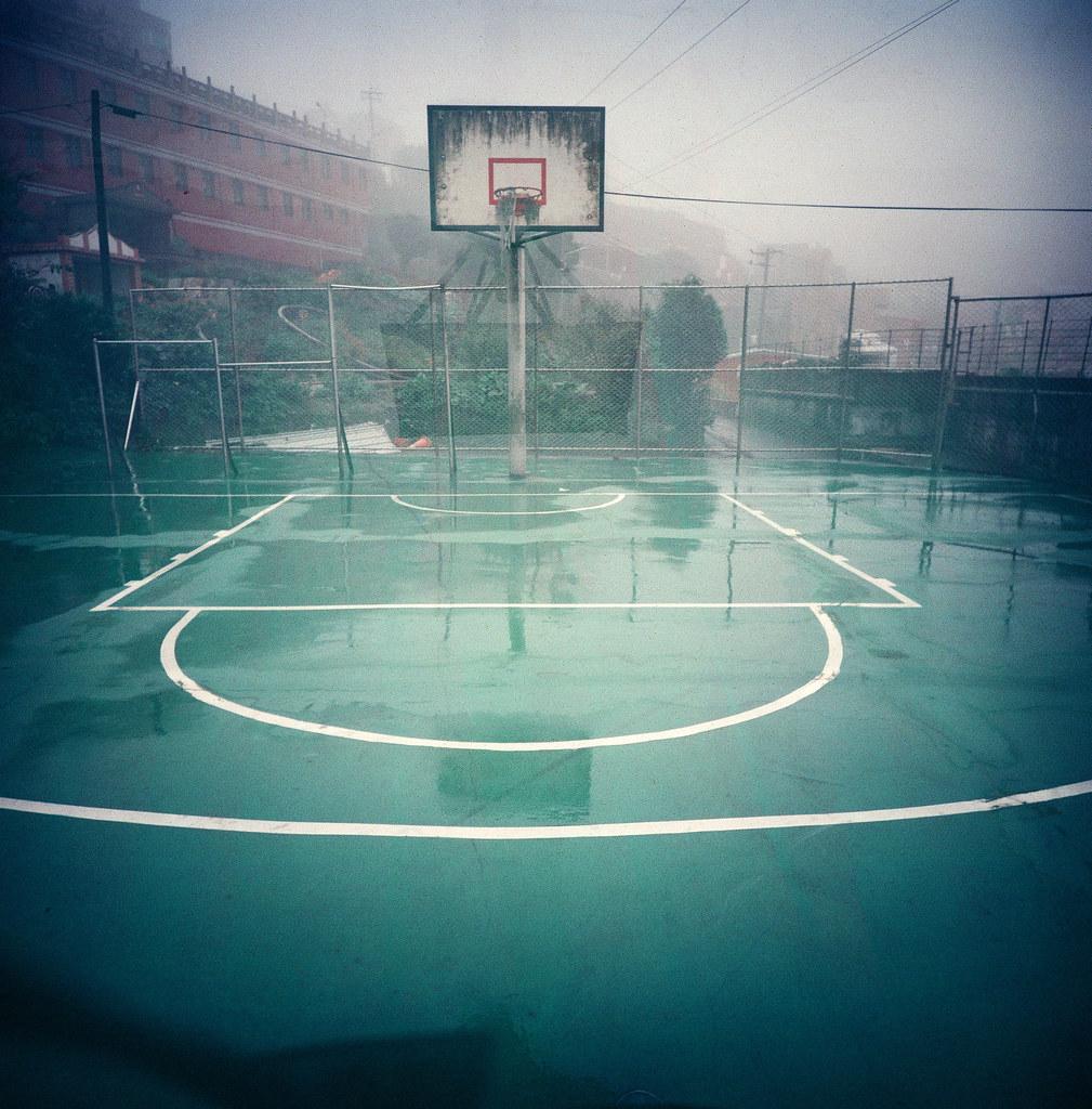 九份 / Lomo LC-A 120 2015/11/14 那天九份一直在下雨,總是覺得我到哪裡都會一直下雨。我刻意繞過老街,沿著旁邊的公墓繞道上去九份國小。  我記得大學的時候有來過一次九份,但怎麼想都想不起來是在九份的哪裡,還是其實是在金瓜石?  走到快到九份國小時,有個小小的籃球場,那天的天氣和有點發霉的籃球框結合後變成奇怪的氛圍。  現在想起來覺得自己很白癡,因為我還在想著一些事情。  留在山上不要回去了。  那時候在腦海裡一直聽到的聲音。  Lomo LC-A 120 Lomography Color Negative 800 120mm 3195-0008 Photo by Toomore