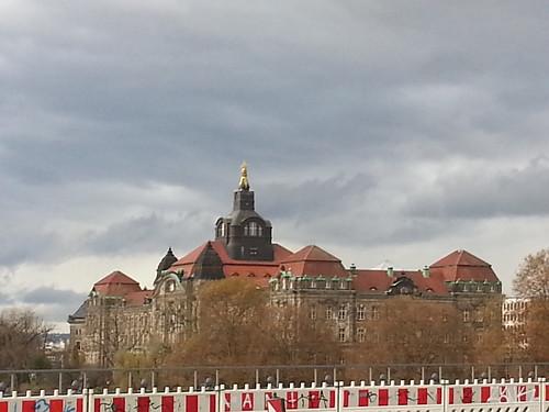 Ministerium in Dresden, das Sächsische Staatsministerium für Soziales und Verbraucherschutz (SMS) widmet sich der Gesundheit, Familie und Tierschutz, das Staatsministerium der Finanzen (SMF) ist als Finanzministerium die Oberste Landesbehörde des Freistaates Sachsen mit Sitz in der Landeshauptstadt Dresden und befindet sich am Carolaplatz 1 im Dresdner Regierungsviertel