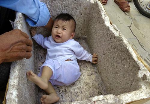 Bé gái 7 tháng tuổi bị bỏ rơi trong thùng xốp bên đường 1