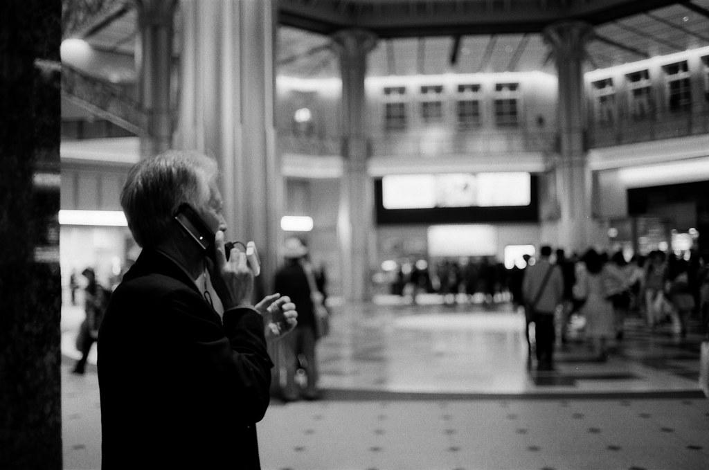 丸之內 東京車站 東京 Tokyo 2015/10/05 丸之內南口,那時候有一個先生在用手機講電話。我就從旁邊拍一張。  Nikon FM2 Nikon AI AF Nikkor 35mm F/2D Kodak TRI-X 400 / 400TX 1275-0033 Photo by Toomore