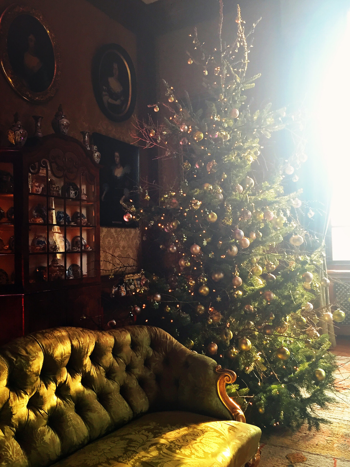 Green and gold Christmas tree at Kasteel Middachten