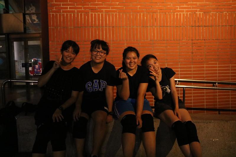 開心對鏡頭比YA,透過啦啦建立好友情。圖/黃佳鳳攝。