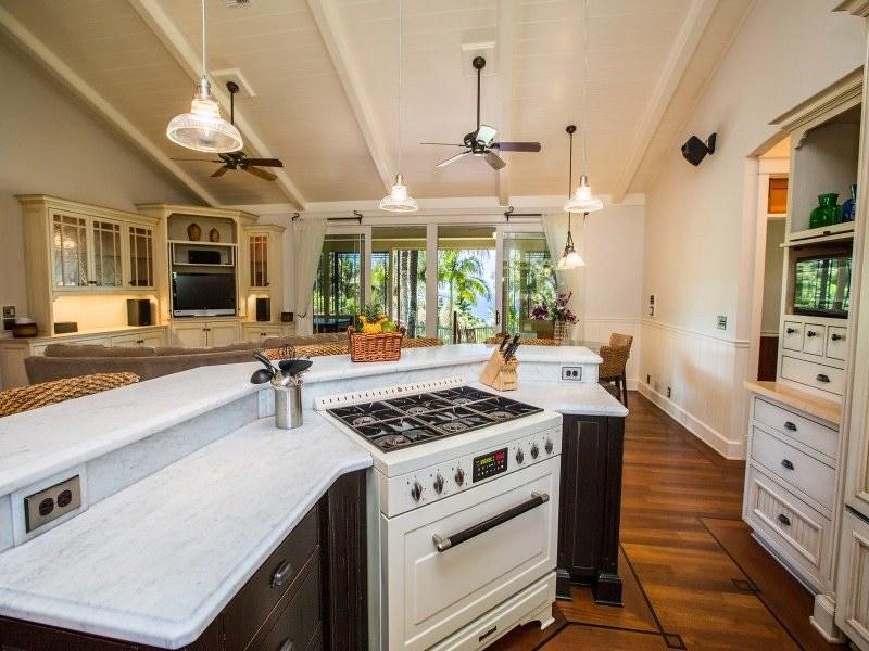 Кухня открытой планировки на вилле