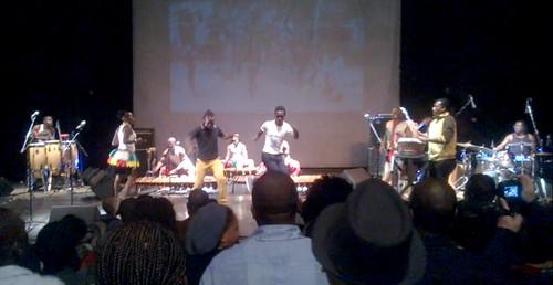 Kaksi miestä saapui yleisöstä lavalle timbiloiden eteen tanssimaan aplodien ja vihellysten saattelemana Timbila Muzhimba -yhtyeen energisen esityksen lopussa Franco-Moçambicano -kulttuurikeskuksessa Maputossa.