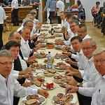 Extra Tisch für die Musikanten zum Abendessen in der Saalmitte