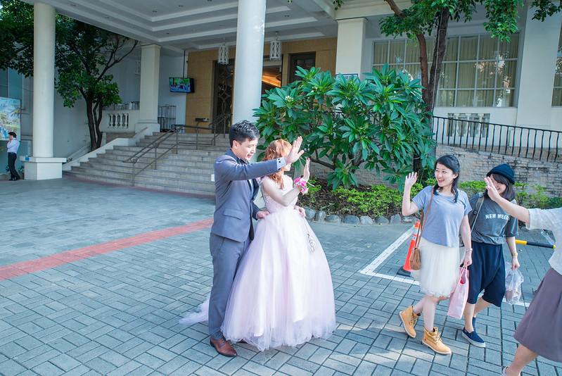 雖然這張照片構圖不好,新娘子也被擋到,但是照片中賓客真誠的表情,這是沒辦法在裝出來的