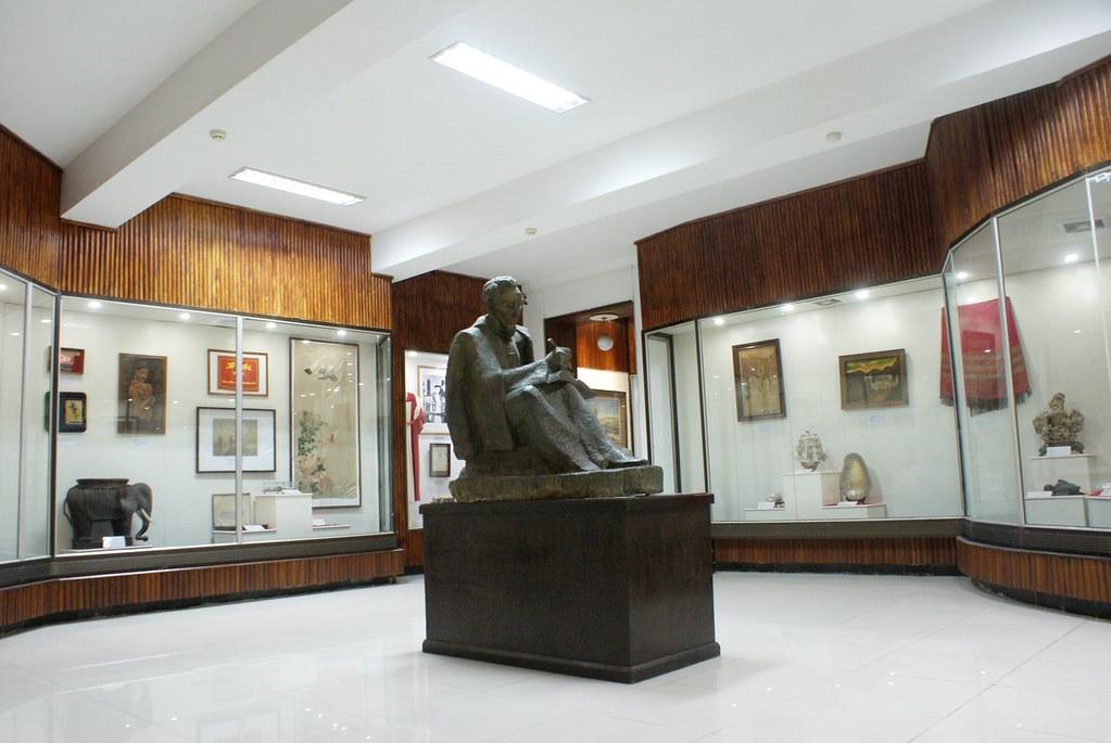 Une des salles d'exposition du musée de la révolution communiste d'Hanoi.
