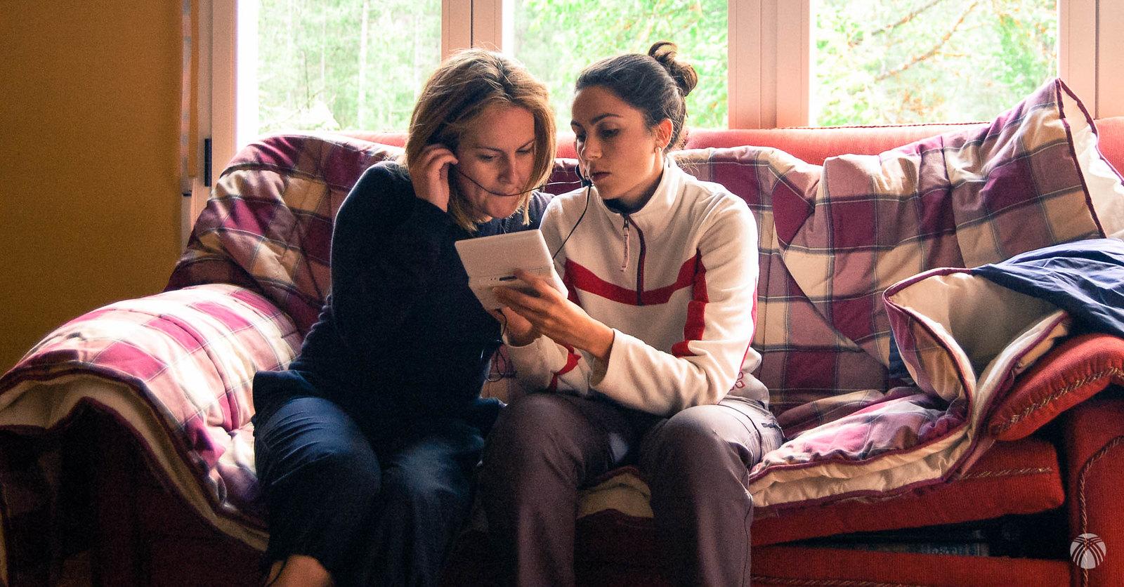 Marién y Lourdes estudiando inglés