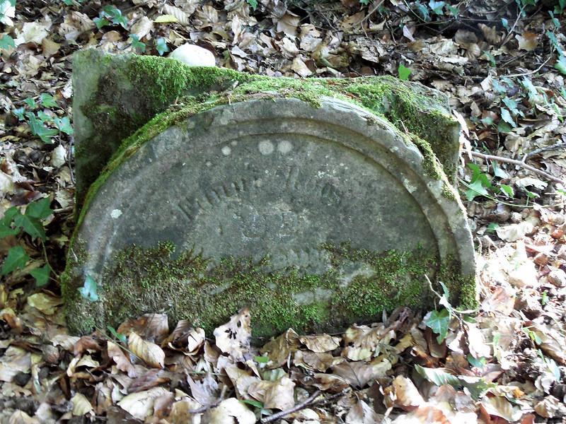 Zerbrochener Grabstein auf dem jüdischen Friedhof in Frücht