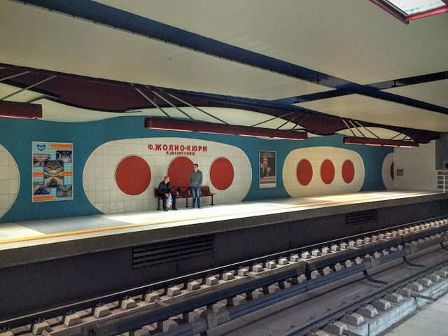 F Joliot-Curie metro station (2009)