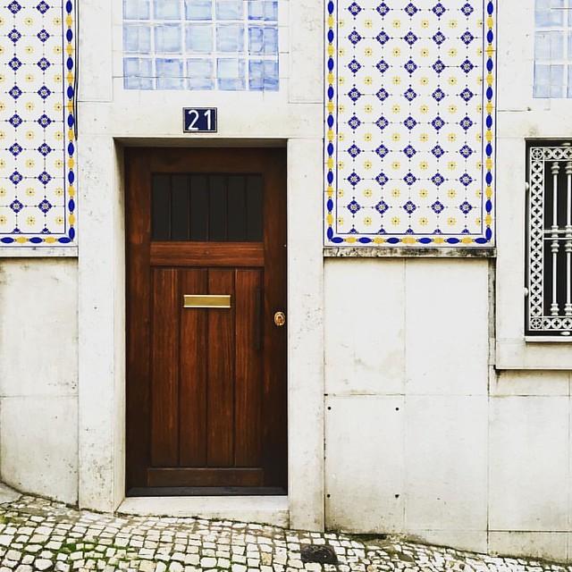 Walking in #Lisbon #Lisboa #lisbonlovers #mycity #artistswhowalk #tiles #Azulejo #dspattern #p3top #mytinyatlas