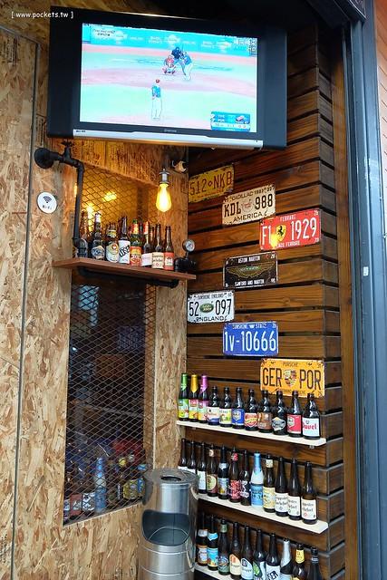 23270628045 c6741a624f z - 【熱血採訪】薩克森比利時小酒館。餐廳有120吋的電視牆可以觀看球賽,滿滿的動漫公仔好像走進電影裡,義大利麵和燉飯都是正統義式作法
