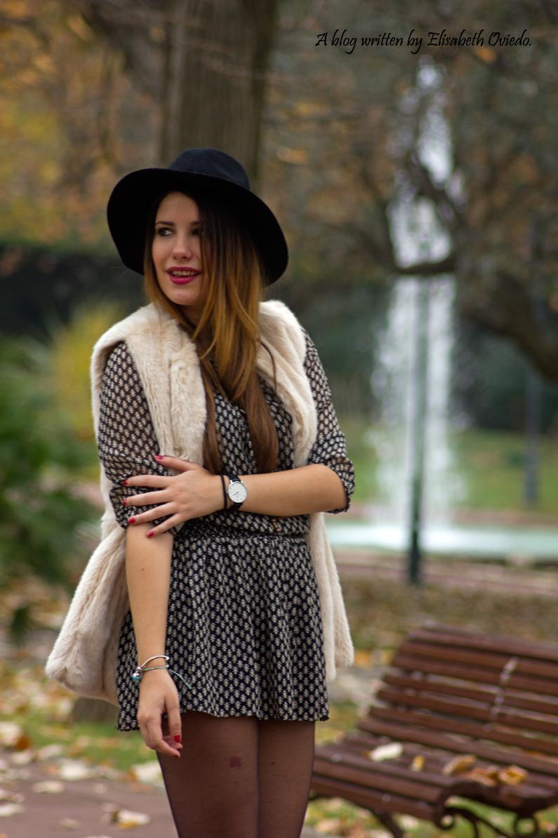 vestido el corte ingles heelsandroses chaleco pelo blanco sombrero negro stradivarius tacones rojos (5)