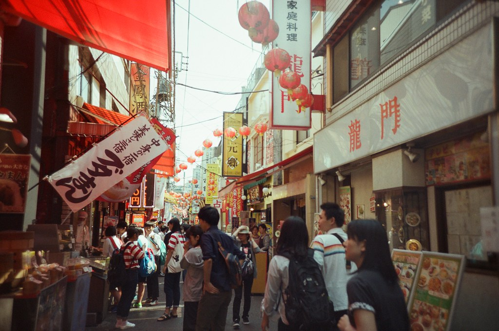橫濱 Yokohama, Japan / Fujifilm 500D 8592 / Lomo LC-A+ 中華街這裡抬頭看上面的招牌,就這像這樣滿滿的相連在一起。  Lomo LC-A+ Fujifilm 500D 8592 7394-0033 2016-05-21 Photo by Toomore