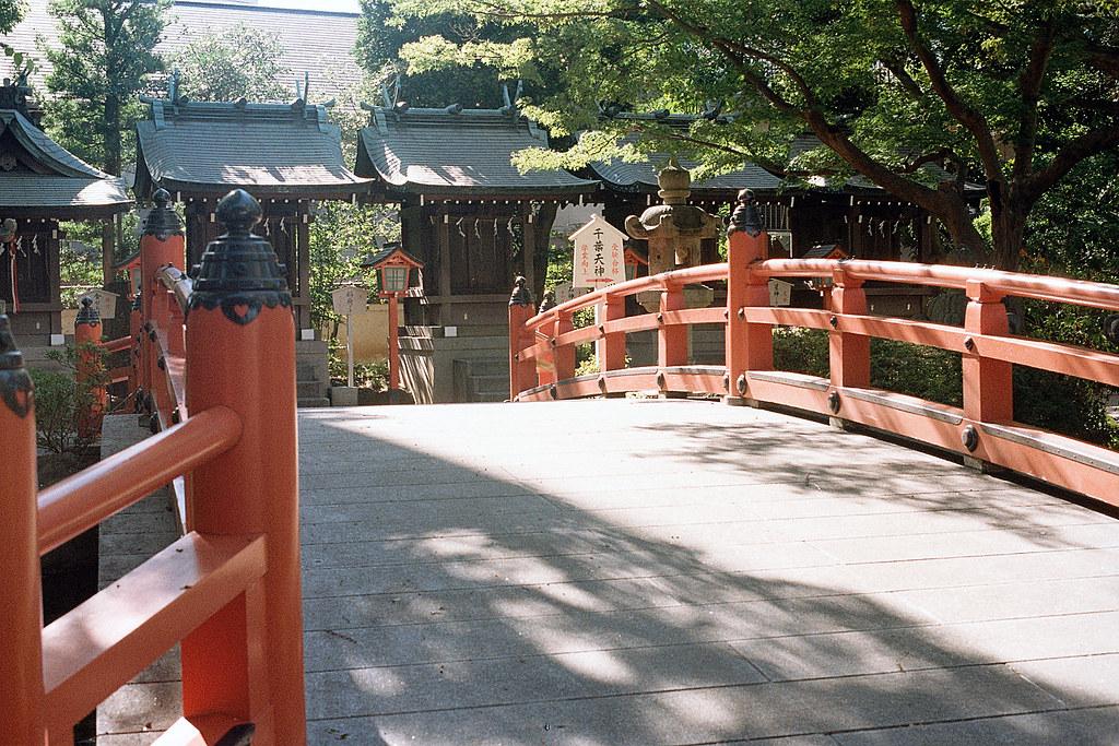 """千葉神社 Chiba Shrine 2015/08/05 千葉神社一景。  Nikon FM2 / 50mm Kodak ColorPlus ISO200  <a href=""""http://blog.toomore.net/2015/08/blog-post.html"""" rel=""""noreferrer nofollow"""">blog.toomore.net/2015/08/blog-post.html</a> Photo by Toomore"""