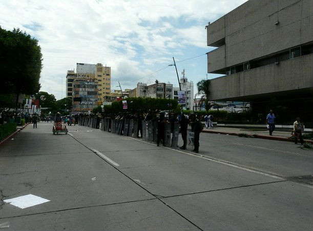 Detienen a priístas chiapanecos por dañar palacio de Gobierno