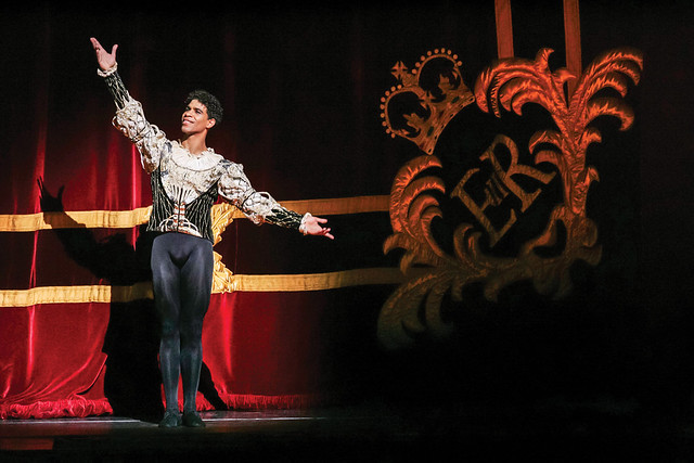 Carlos Acosta takes his curtain call after performing Swan Lake ©Johan Persson