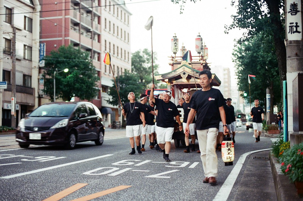 神轎 長崎 Nagasaki 2015/09/07 搭路面電車到公会堂前,看到有人在抬神轎。  Nikon FM2 / 50mm Kodak UltraMax ISO400 Photo by Toomore