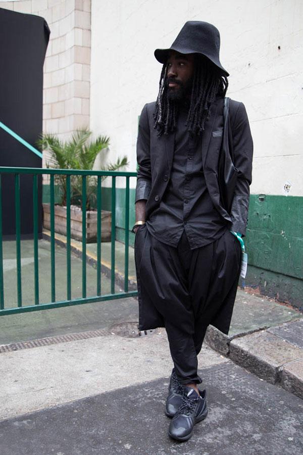 全身黒コーデ ハット×チェスターコート×シャツ×プリーツパンツ×adidasチューブラー