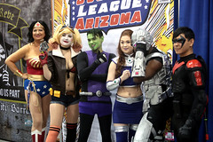 Wonder Woman, Harley Quinn, Beast Boy, Starfire, Cyborg & Robin cosplayers