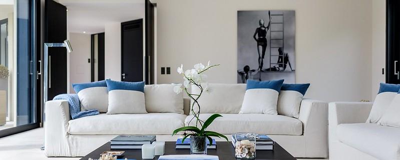 Шикарный диван в гостиной