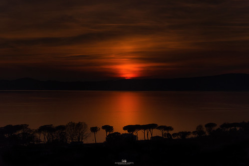 Siluette sul tramonto al lago