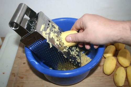 13 - Kartoffeln reiben / Grate potatoes