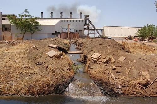 बढ़ते औद्योगीकरण का जल संसाधनों पर दुष्प्रभाव पड़ रहा है