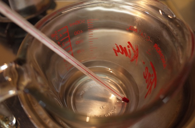 <p>b)精製水を湯煎にかけて、アカシアガム、ボラックスを溶かします。</p>