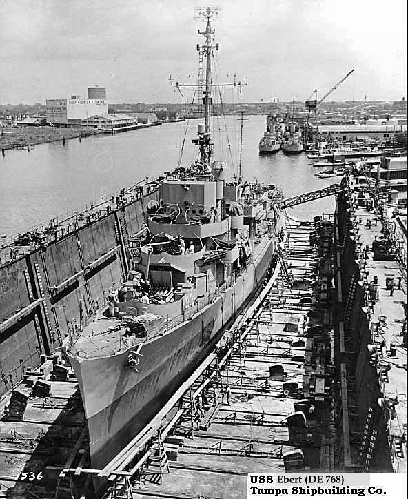 USS Ebert DE-768 en el dique seco del Tampa Shipbuilding Co