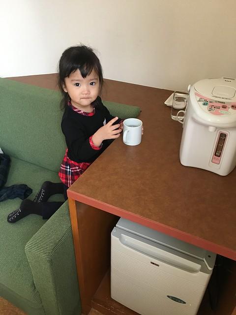 很興奮很想自己拿瓷杯喝水@克里歐法庭博多飯店Clio Court Hakata Hotel, 日本九州福岡(FUKUOKA / HAKATA)