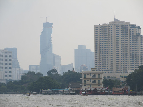 Bangkok: la rivière Chao Phraya et ses gratte-ciels