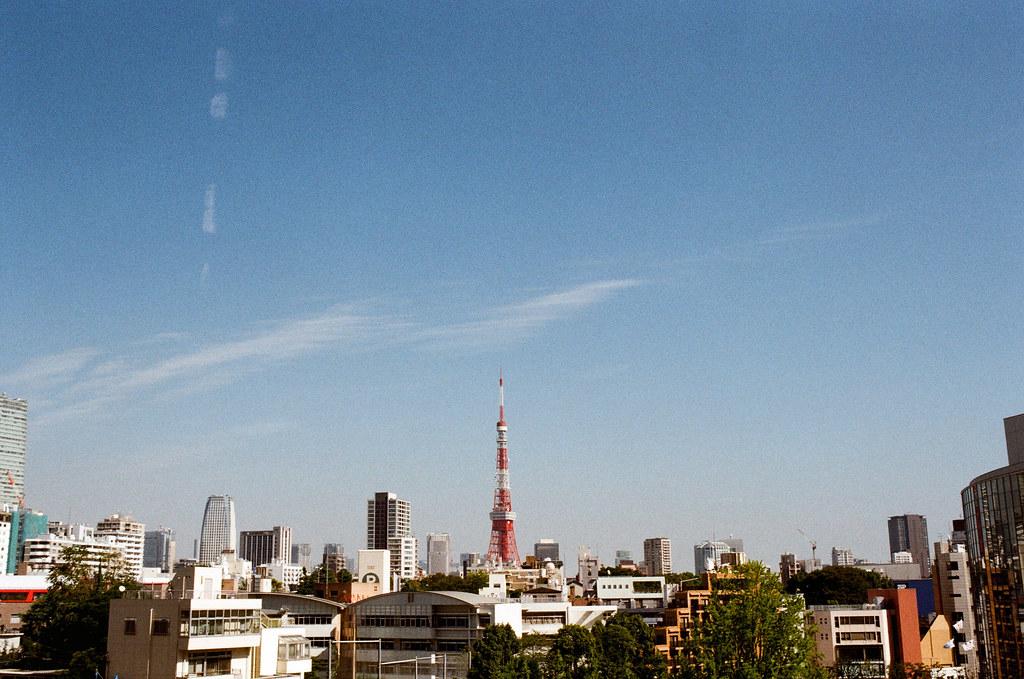 東京鐵塔 六本木之丘 Tokyo Tower, Roppongi Hills, Japan 2015/10/03 從六本木之丘往東京鐵塔的方向看去,還好那天天氣很好,我可以很清楚的拍到這張。  回來後,直到今天(10/22),我還是不知道該如何面對所給的回應。我只能不斷的拍照,讓自己可以更忙碌或是覺得還在旅行。  到了新的環境,我開始練習在下午喝咖啡。從來不喝咖啡的我,也想了解為什麼妳那麼愛喝咖啡。我總是移到窗邊看著 101 繼續工作,因為有時候還是會不小心掉下眼淚,只是不想讓新同事覺得我很奇怪 ...  妳的生日,今天,希望也過的快樂 ...  Nikon FM2 Nikon AI AF Nikkor 35mm F/2D Kodak ColorPlus ISO200 0999-0011 Photo by Toomore