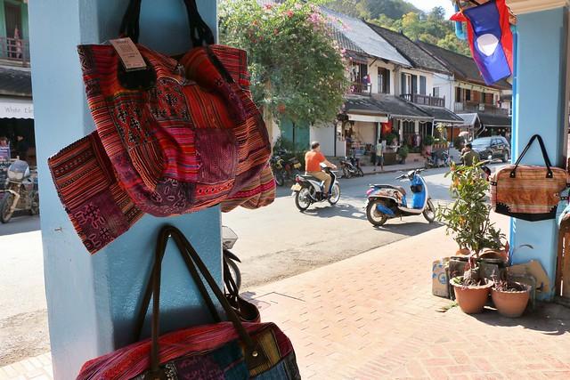 Sisavangvong Road, main street of Luang Prabang, laos ルアンパバーンのメインストリート、シーサワンウォン通り