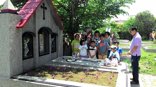 Mengunjungi makam Eyang Santoso