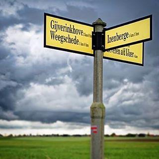 Wegwijzer #alveringem #gijverinkhove #weegschede #beverenaandeijzer #wolken #clouds #sky #onweer #rain #regen #neerloopstraat