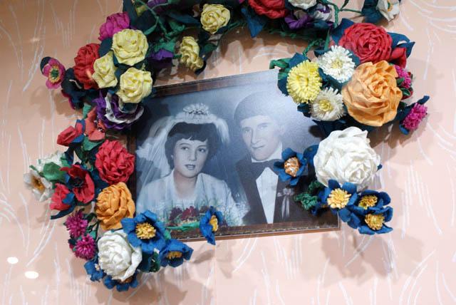 Musée ethnographique de Varsovie : Photo de mariage entouré de fleurs en papier, un grand classique des maisons à la campagne en Pologne
