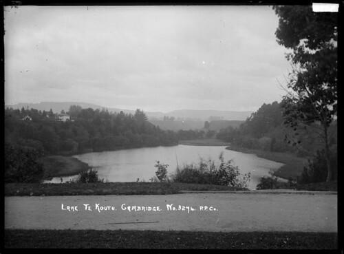 Lake Te Koutu in the centre of Cambridge, Waikato ...