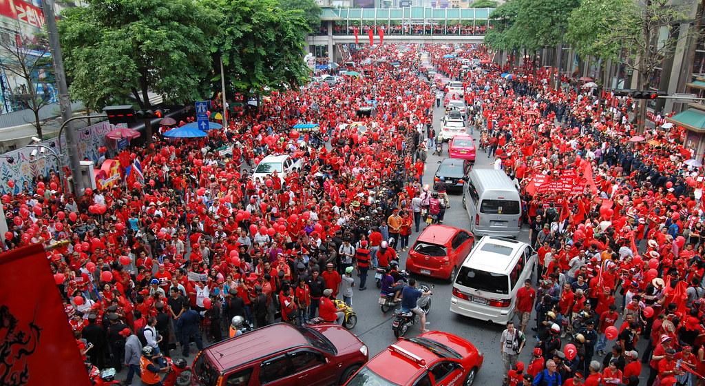 紅衫軍每次號召群眾湧入曼谷都聲勢浩大,但缺乏對勞工階層的有效組織,難以形成堅實的階級力量。(照片來源:Wikimedia Commons)