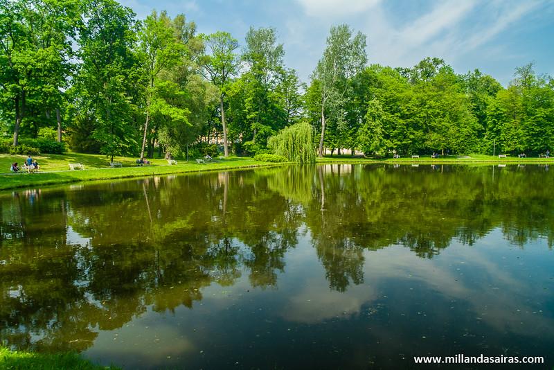 Uno de los impresionantes lagos de los jardines del Palacio