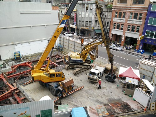 Lifting the excavator (2 of 4)