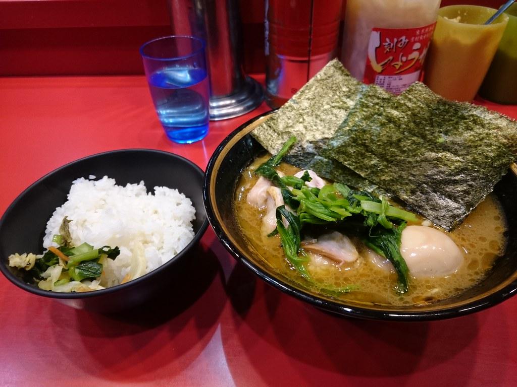20151228夕食。ラーメン、味玉、ライス。吉村家