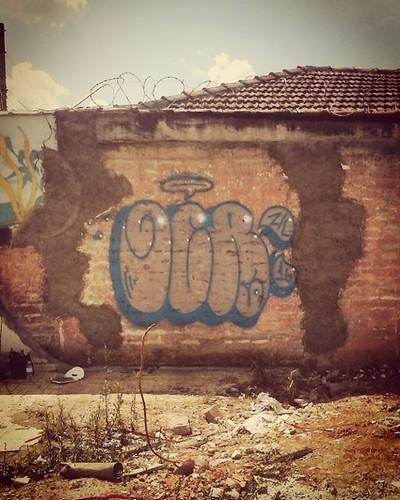 Prazer em conhecer o Seu Venel grafoteiro local de Perus. Sempre encontro um espaço, no sapatinho. #paporeto #corrosão #ocra