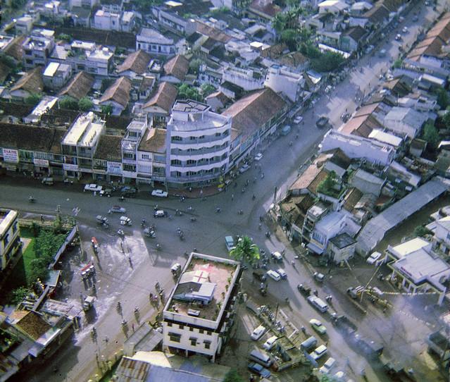 VIETNAM 1969-70 by Andrew Atherton - Saigon from above: Ngã tư Phú Nhuận - Bệnh viện Cơ Đốc