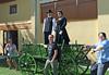 Silke Csonti, rechts, mit Laura Galateanu und Raluca Stoica haben einen alten, schwäbischen Pferdewagen nach tagelangem Schrubben und Streichen für die Feier auf Hochglanz gebracht. Darauf ein Paar in der letzten Billeder Tracht vor 100 Jahren.